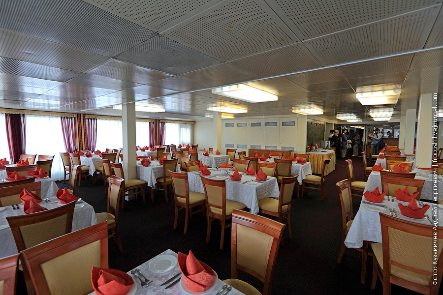 Ресторан в кормовой части главной палубы теплоход Семен Буденный