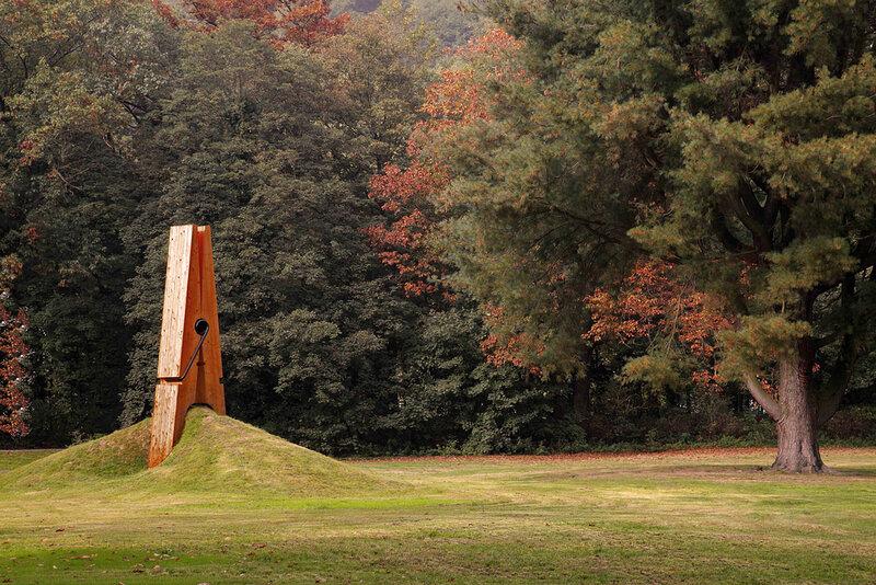 Скульптура гигантской прищепки