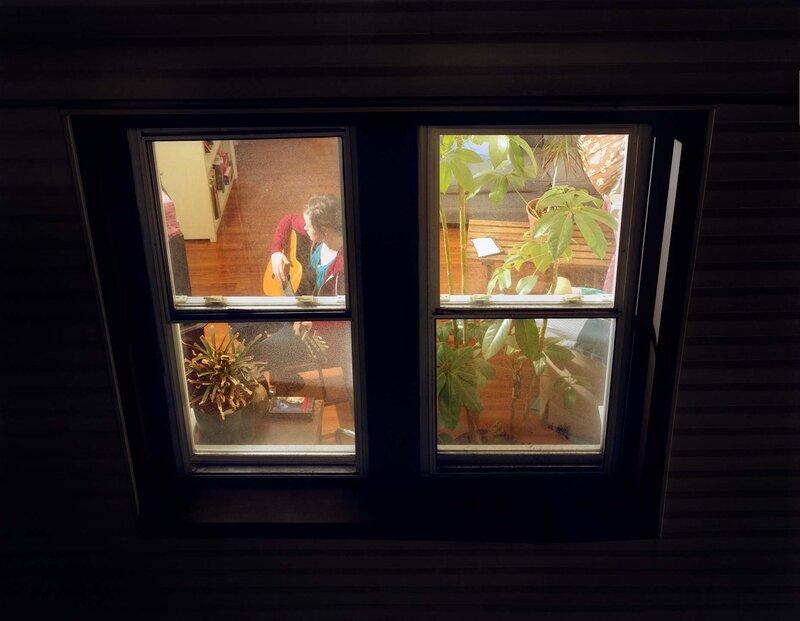 подглядываю в окно а там такое