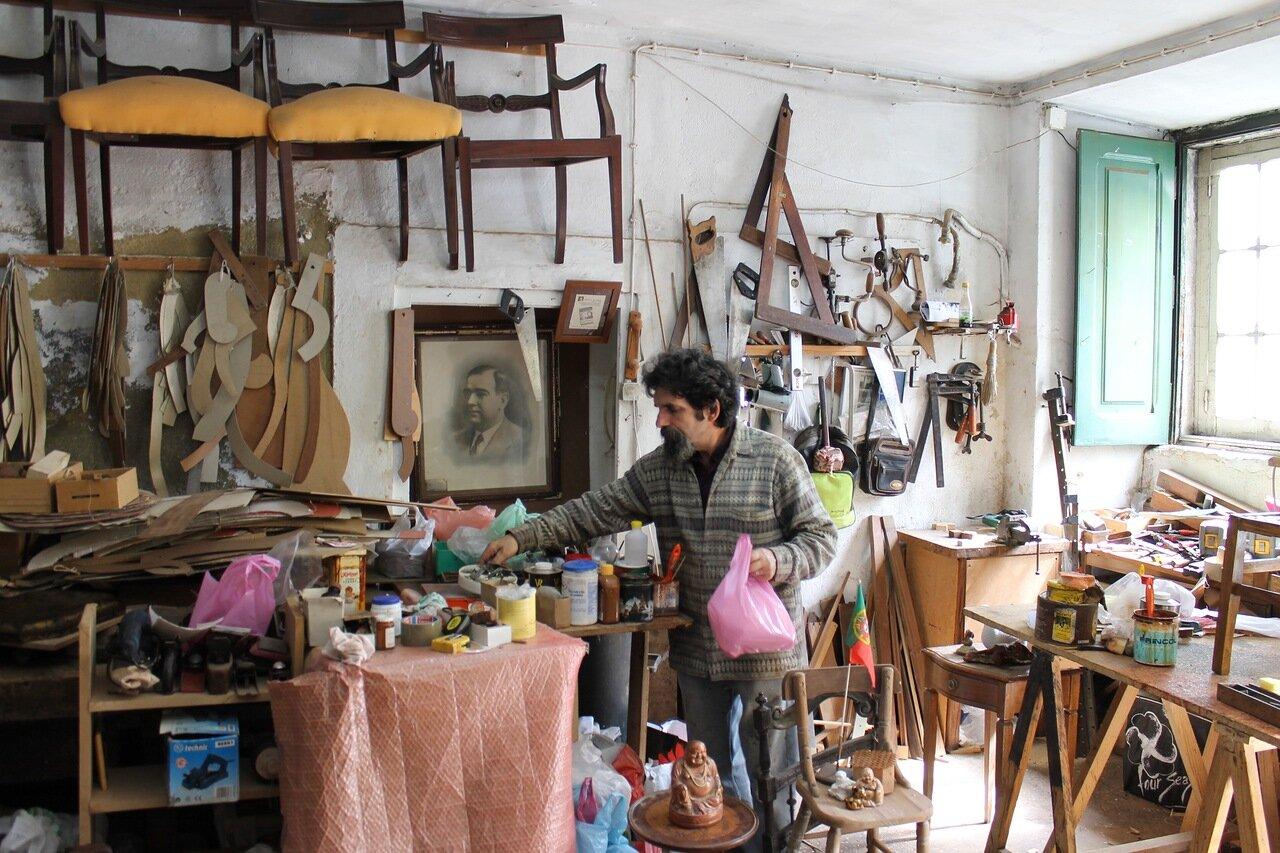 Лиссабон. район Бика (Bica). Furniture workshop. Мебельная мастерская.