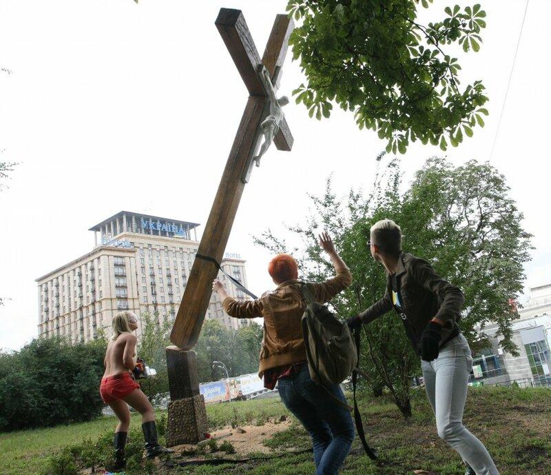 В защиту Пусси Риот ФЕМЕН спилили крест жертвам политрепрессий