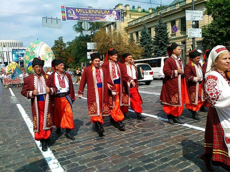 Участники парада вышиванок 2012 в национальных костюмах