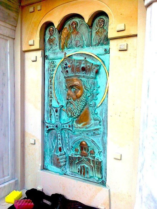 Бронзовый барельеф князя Владимира на Десятинном монастыре