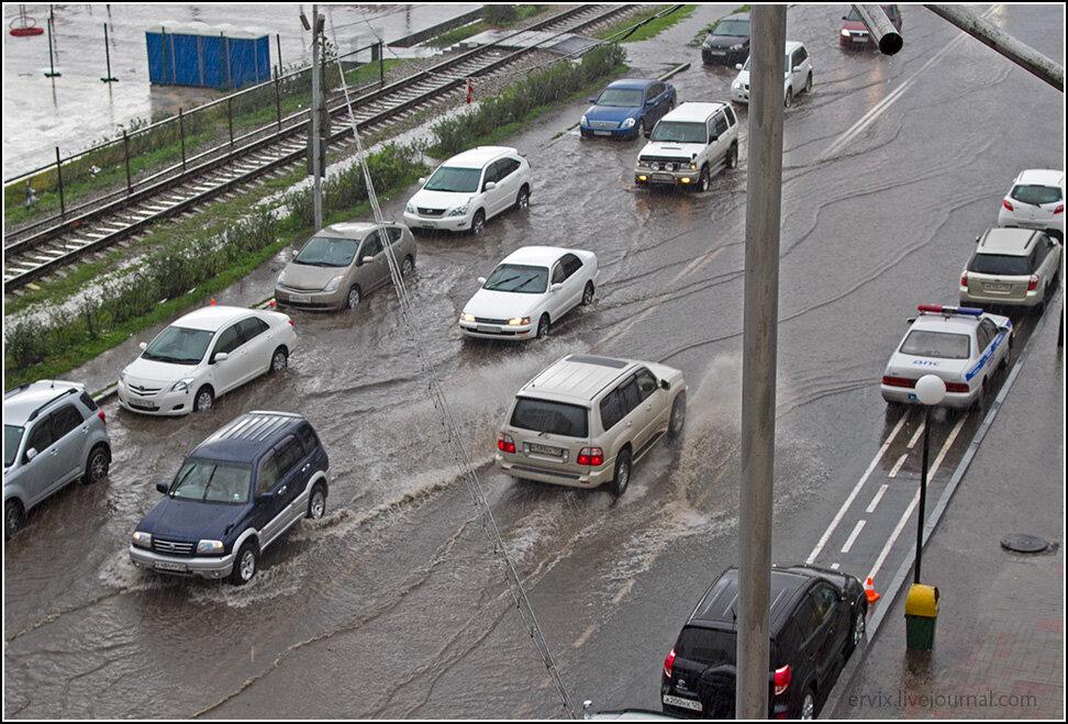 Ведь главное во Владивостоке летом что? Не попасть под дождь, так как улицы мгновенно превращаются в полноводные реки.