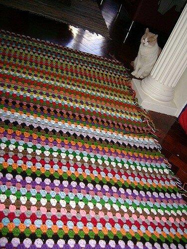 Еще один отличный пример связанного своими руками коврика.  Будучи крайне простым в изготовлении - схему вязания...