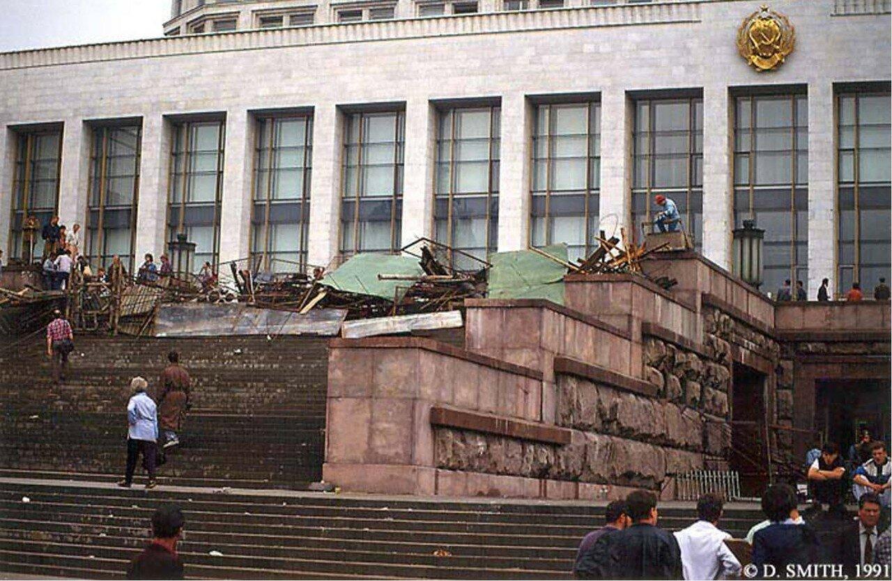 Строительство баррикады  у входа в Белый дом