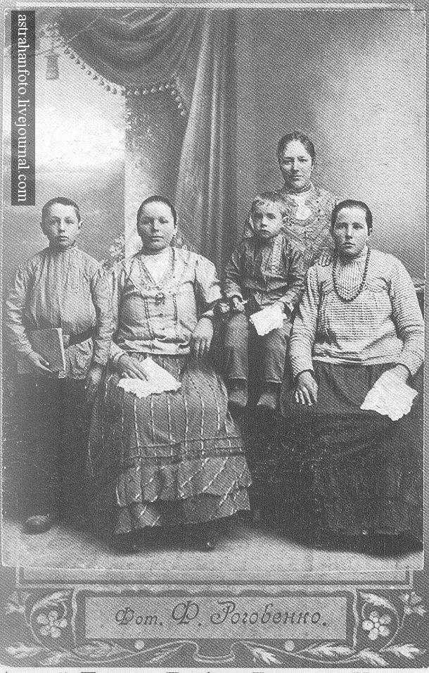 Андрей, Пелагея, Трофим, Евдокия и Наталья Гаранины. 1915