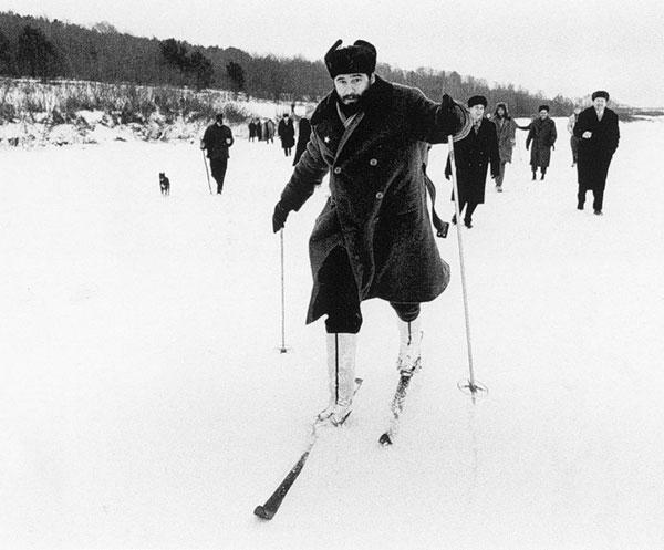 Фидель Кастро учится ходить на лыжах. СССР