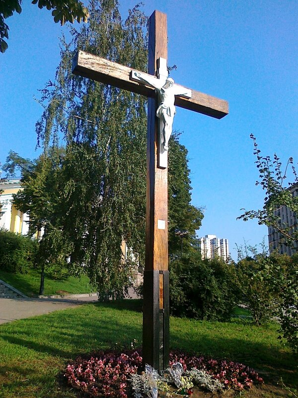 Восстановленный крест на Институтской
