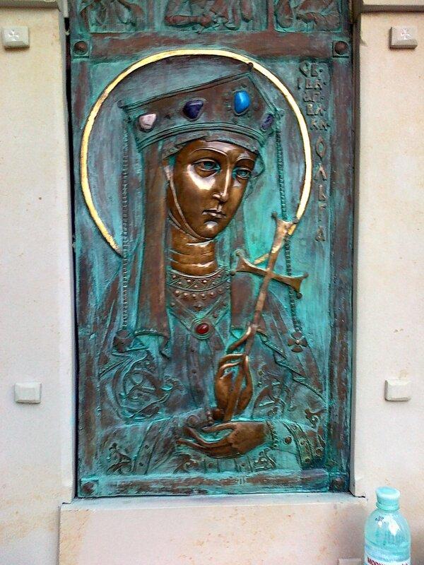 Бронзовый барельеф княгини Ольги на Десятинном монастыре