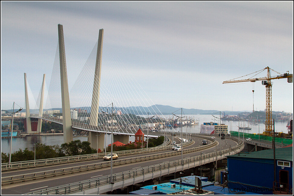 Уже на подходе к смотровой открывается чудесный вид на Русский остров, Первомайский район и мост через бухту Золотой Рог.