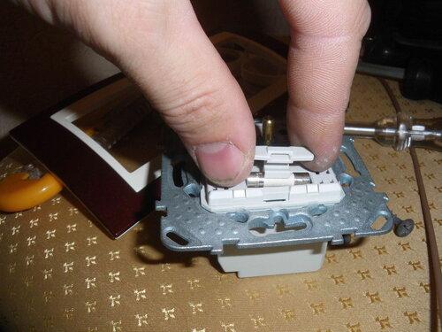 Фото 10. Установка предохранителя в корпус диммера.