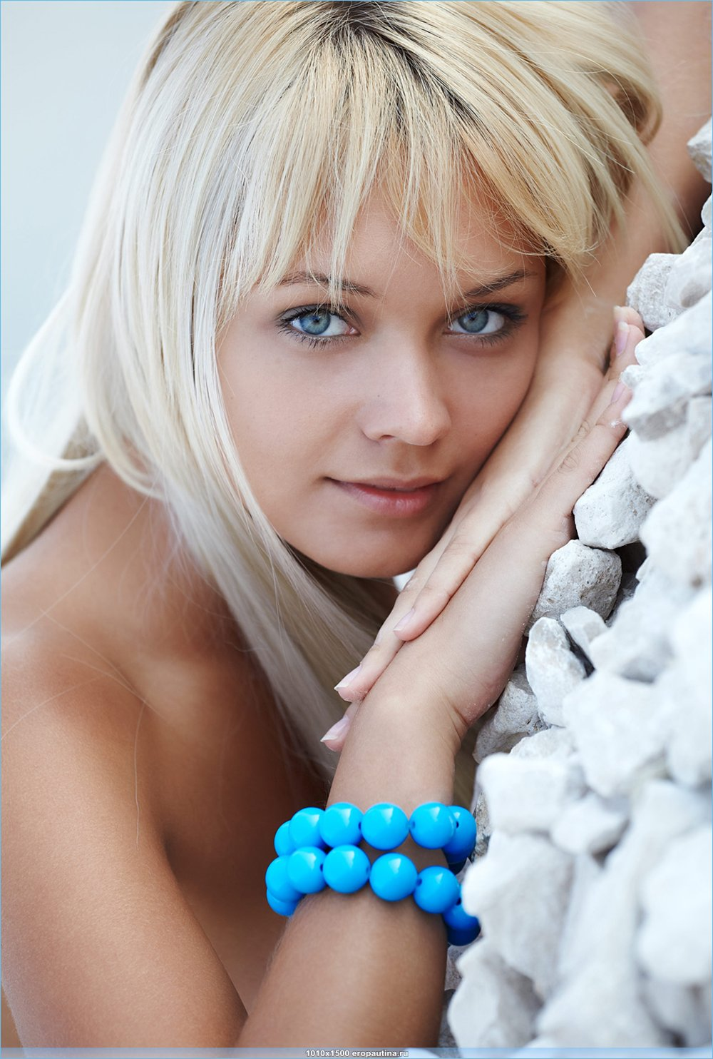 Красивая блондинка на каменистом побережье (20 фото)