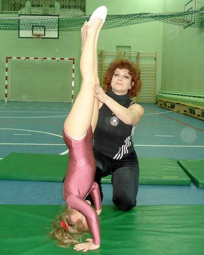 Занятия акробатикой - стойка на голове.