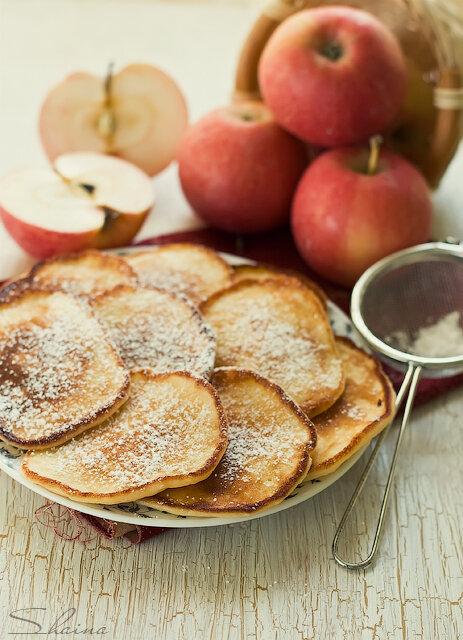 Яблочные оладьи с творогом