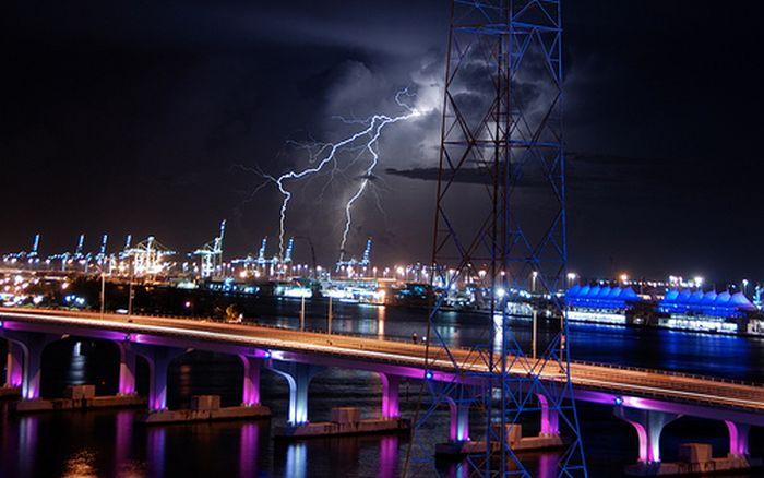 Красивые фотографии молний в самых разных местах и ситуациях 0 a551d eafd3890 orig