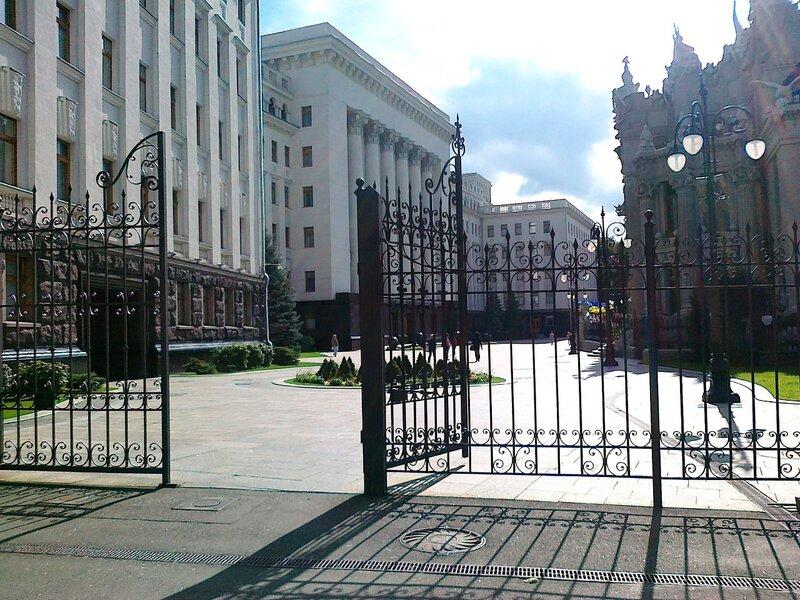 Ворота перед резиденцией президента Украины