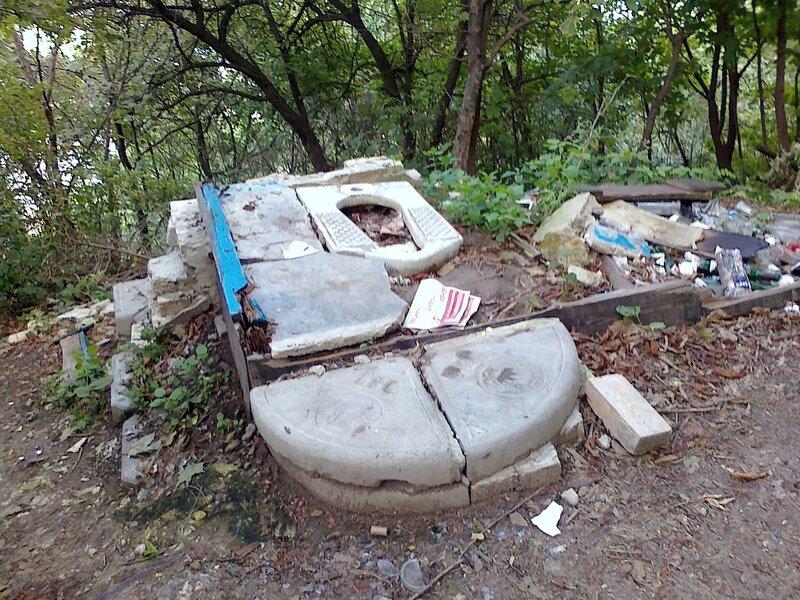 Разрушенная уборная возле Замка Ричарда