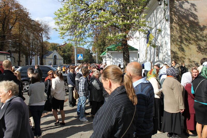 Паломники перед главным входом в Печерскую Лавру