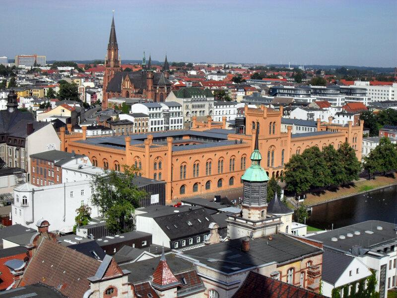 здание Арсенала (сейчас офис МВД земли Мекленбург-Передняя Померания), на дальнем плане церковь Св.Павла