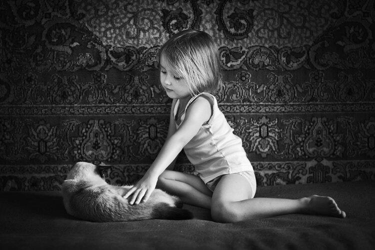 фото маленькая девочка с кошкой