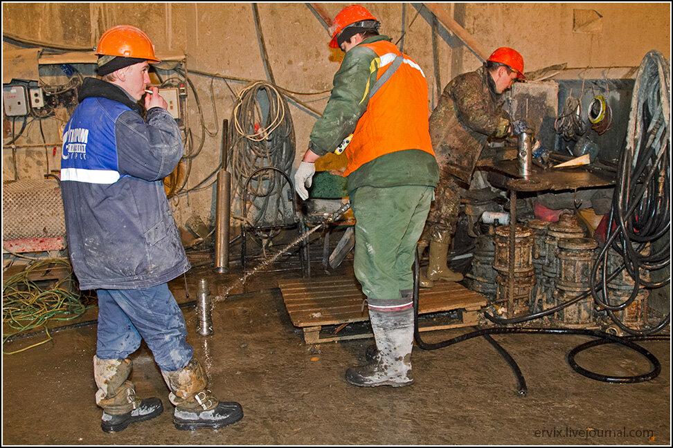Рабочие за работой в тоннеле