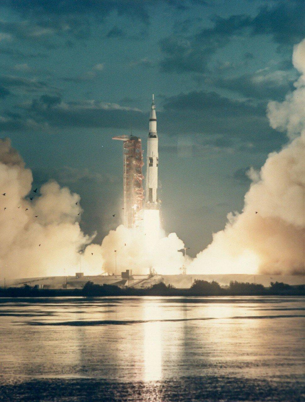 1967, 9 ноября.  «Аполлон-4»  — испытательный беспилотный запуск ракеты «Сатурн-5» с космическим кораблём серии «Аполлон» и макетом лунного модуля в качестве полезной нагрузки