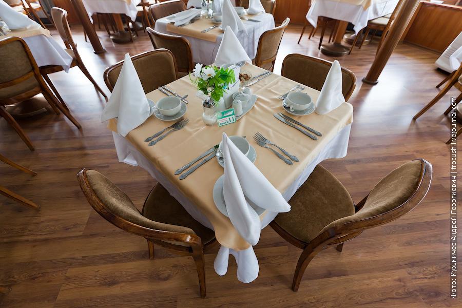 стол в ресторане теплоход Иван Кулибин