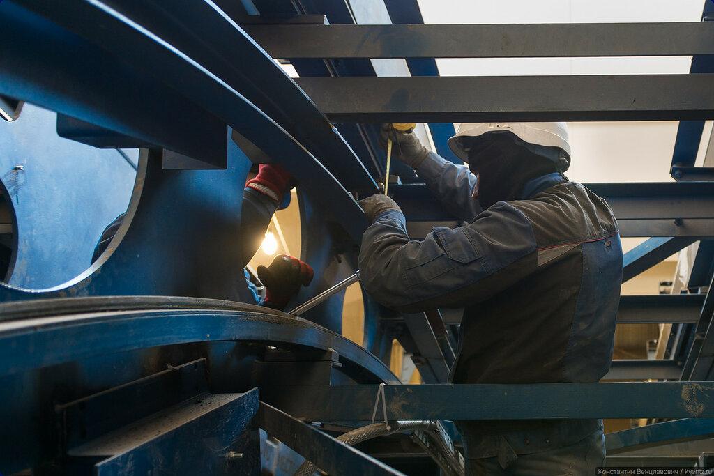 Тоннельные эскалаторы собираются непосредственно на месте, многие детали изготавливаются специально для этого конкретного эскалатора