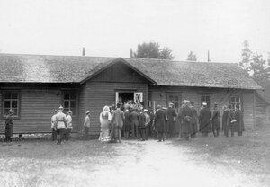 Группа следователей, корреспондентов и жителей у входа в дом, где жил М.Я.Герценштейн.