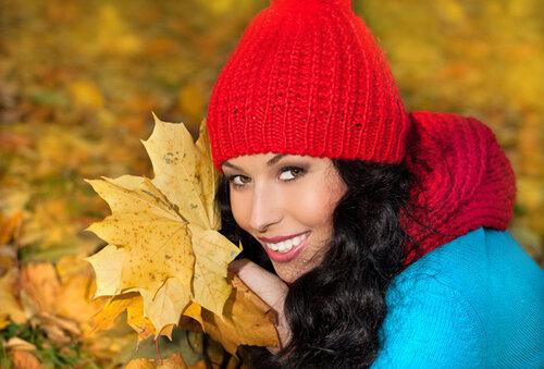 идеи фотосессии для девушек - на фоне кленовых листьев
