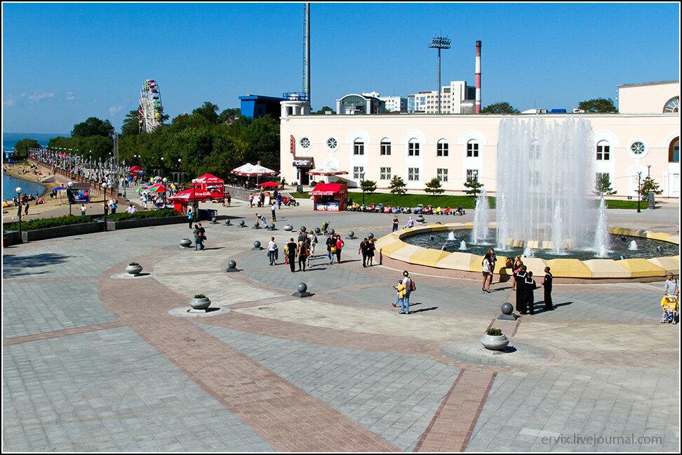 У самого большого фонтана на улице Адмирала Фокина (это местный Арбат) кипит жизнь даже в рабочий день.
