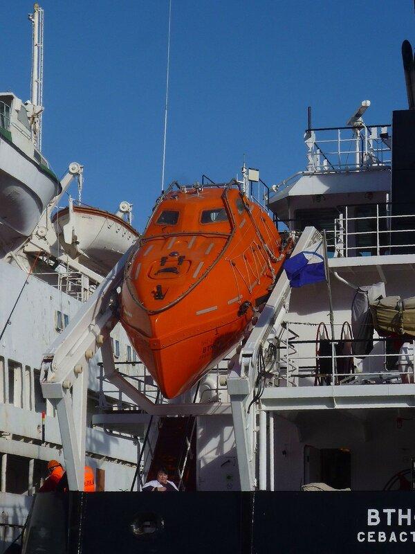 Спасательный катер на наливном судне