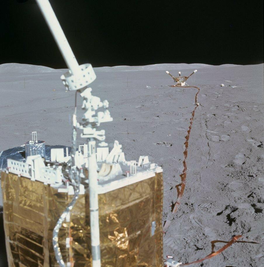 На Луну комплект перевозился двумя пакетами. В одном — центральная станция, собирающая и передающая информацию на Землю, c частью научных приборов. На снимке: Центральная станция комплекта научных приборов ALSEP на переднем плане и магнитометр — на заднем