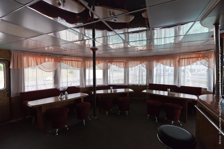 Бар на корме средней палубы фото теплоход Кулибин