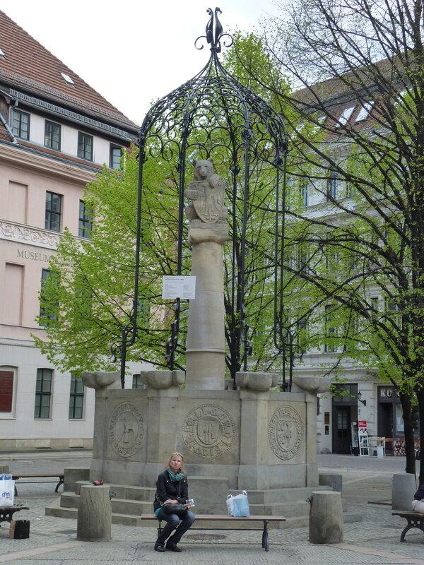 Знаменитый берлинский медведь на фонтане в Николайфиртеле