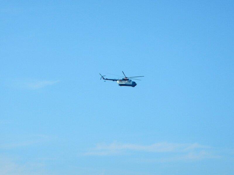 вертолет над пляжем