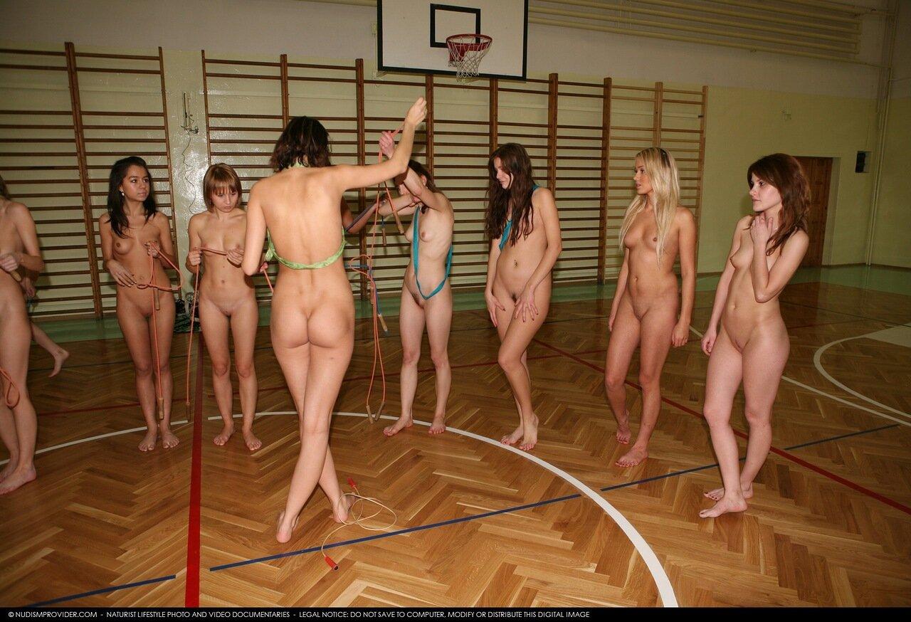 Скрытые съемки голых женщин в раздевалки спорт клубов 19 фотография