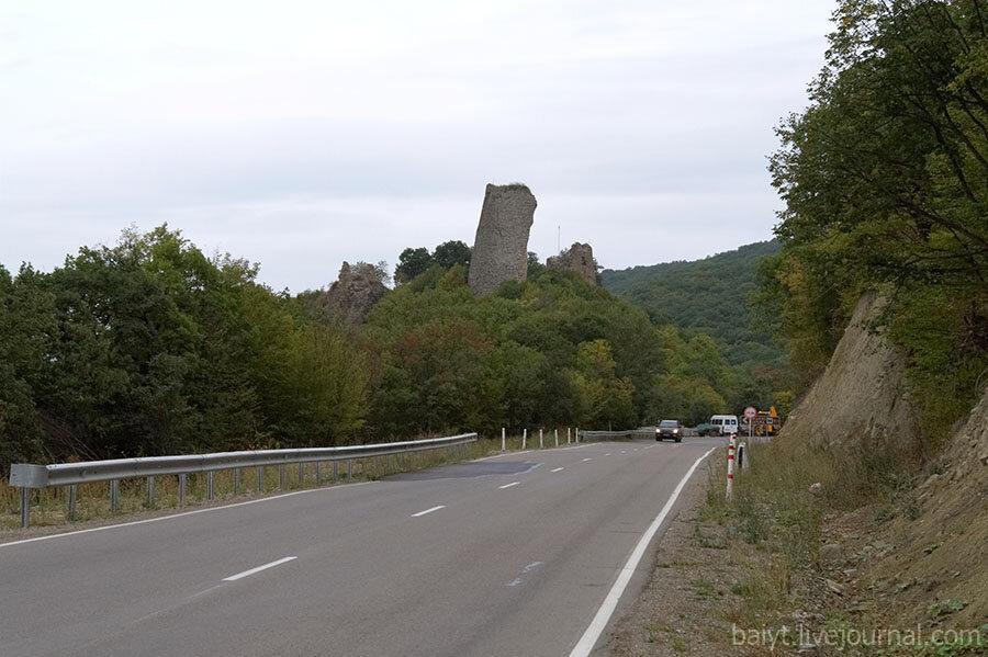 Показались развалины древней крепости Уджарма.