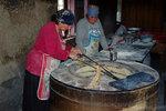 """Кахетинки пекут дедаспури (""""мамин хлеб"""") в круглой печи тони. Село Бадиаури"""