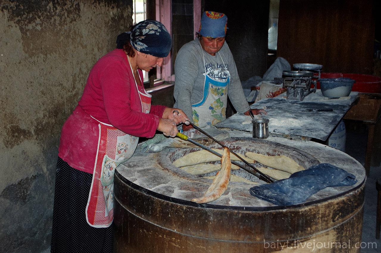 "Кахетинки пекут дедаспури (""мамин хлеб"") в круглой печи тони."