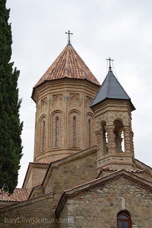 Монастырь Икалто. Купола церкви Святого Духа и звонницы.