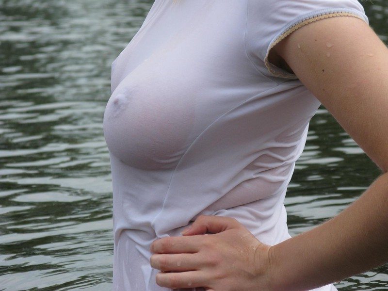 Как тетка прыгает в белой футболке без лифчика в дождь #8