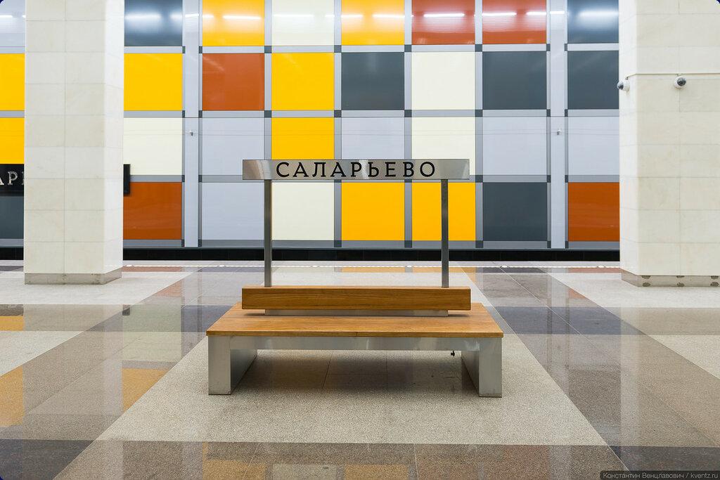 Название станции продублировано на скамейках