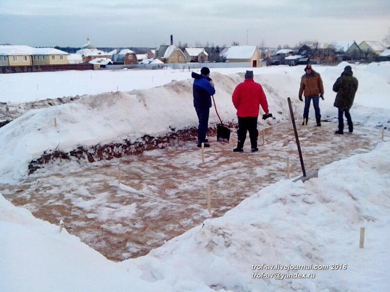 Расчистка от снега уже зачищенной ранее площадки, охранные раскопки в Кубинке, январь 2016