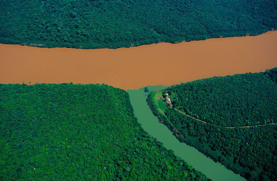 53. Впадение одного из притоков в реку Уругвай в аргентинской провинции Мисьонес.