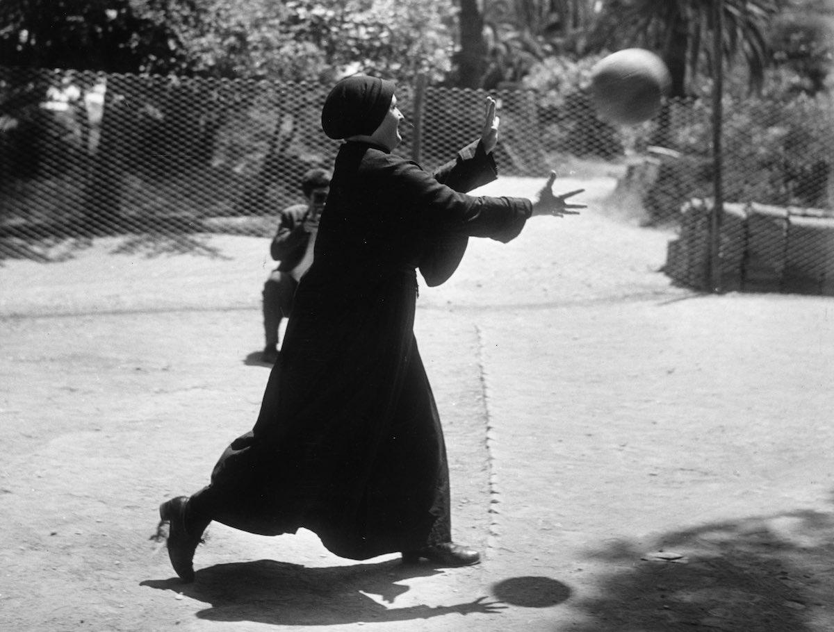 1963 год. Монахиня наслаждается игрой в футбол в саду ордена в Риме, где они также содержали свой со