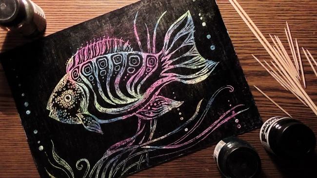 Изюминка работы втом, что рисунок нужно процарапывать. Лист картона плотно заштриховывается пятнами