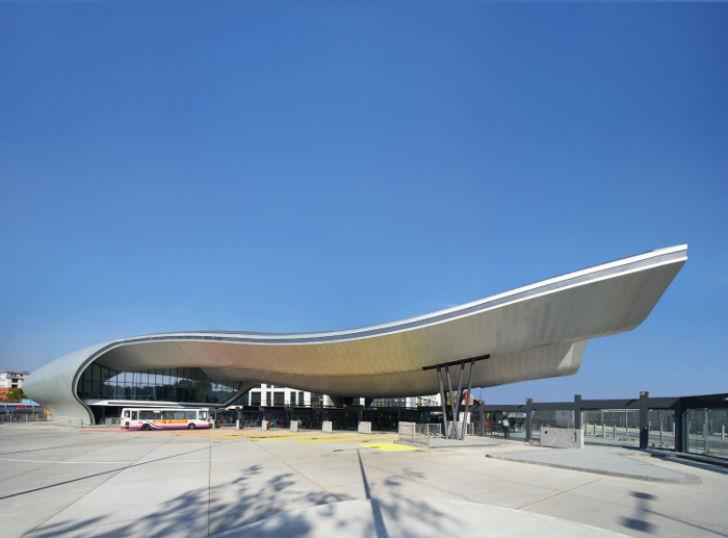 Архитектура остановки является своеобразной данью памяти местному астроному Уильяму Гершелю, который