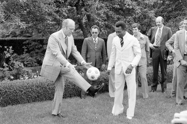Президент Форд демонстрирует свои навыки Пеле.